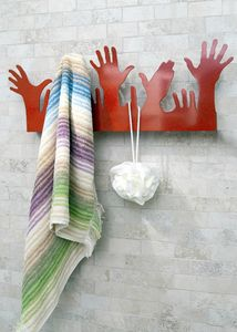 People, Suspensión del metal moderno, en la forma de las manos