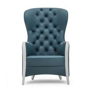 Euforia 00143K, Butaca en madera maciza, asiento tapizado, espalda acolchada, apoyabrazos de madera, estilo moderno