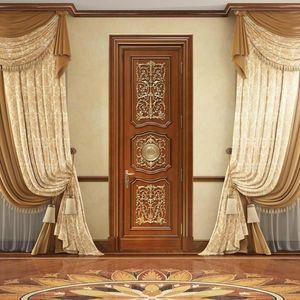 Andromeda, Puerta tallada a mano, con decoraciones de lujo en pan de oro