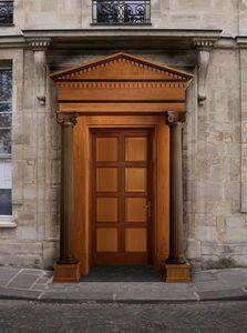 Giove, Puerta de entrada de madera con columnas y capiteles, tallada por maestros artesanos