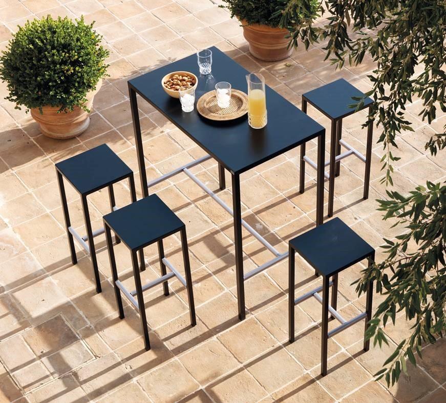 Juegos al aire libre que consiste en taburetes y mesa alta ...