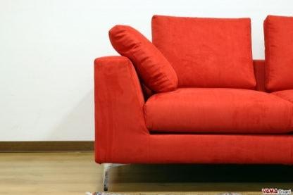 Nettuno, Sofá lineal y minimalista con pies de acero altos.