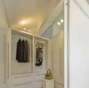 Vestuario 01, Vestuario, pintado de blanco, con sistema modular de mobiliario para espacios domésticos
