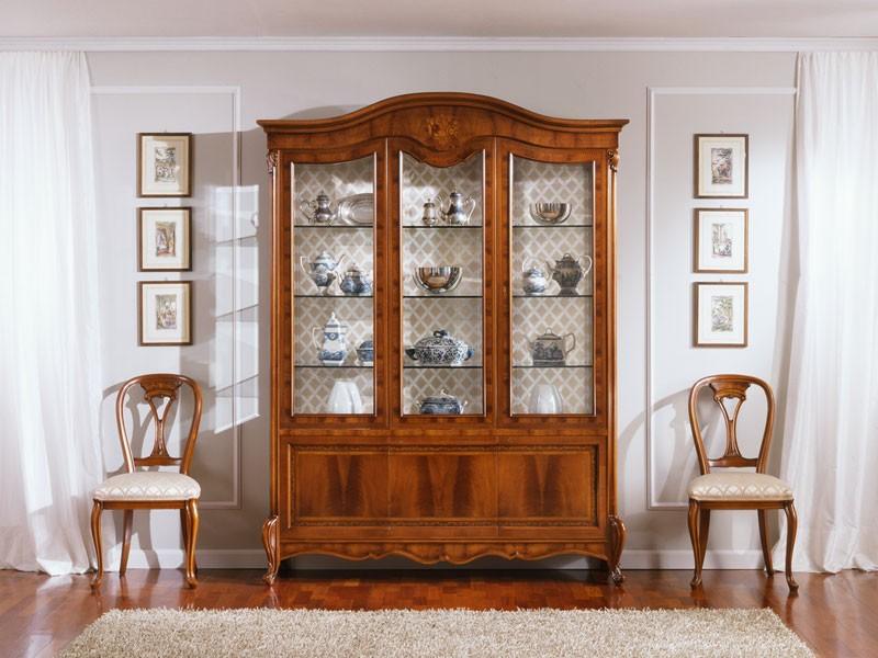 OLIMPIA B / Showcase with 3 doors, Pantalla tradicional con 3 puertas, en madera de nogal, tallados finos