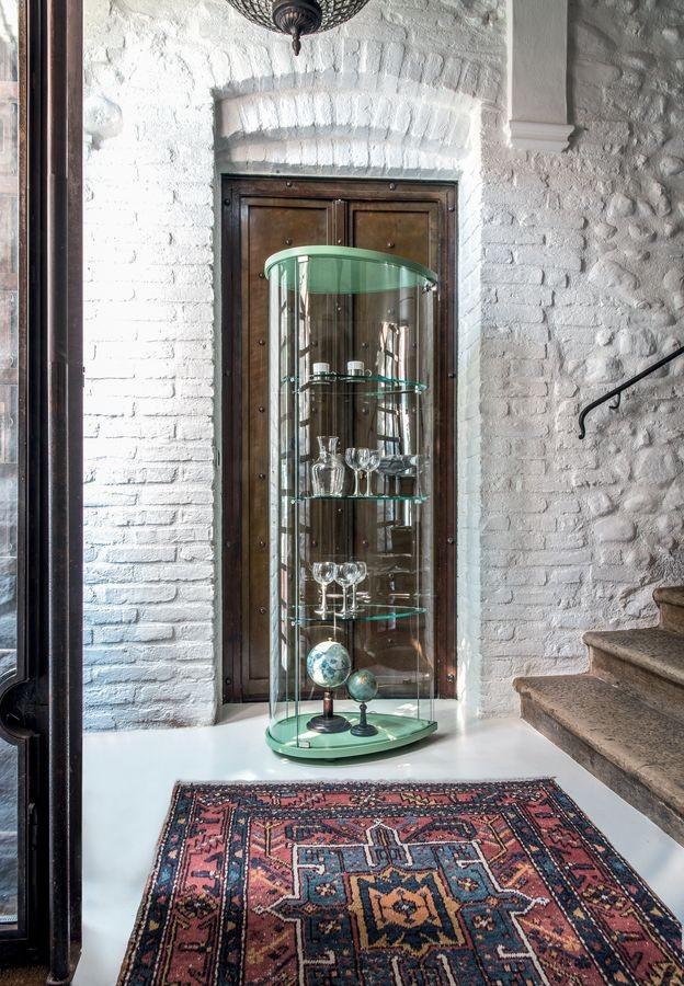 OLIVELLA, Escaparate con base de madera, estantes de vidrio, para el museo